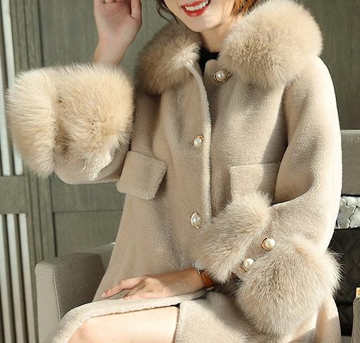 Продавец женских пальто из натурального меха